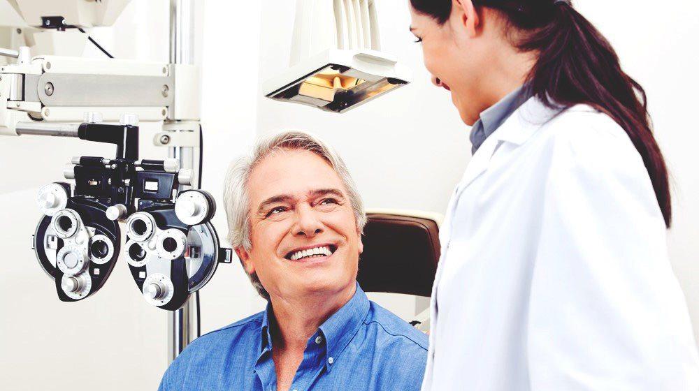 Bệnh nhân thoái hóa điểm vàng thể khô nên đến bác sĩ để được tư vấn bổ sung vitamin